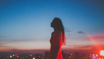 Đàn bà từng trải chọn im lặng, giấu nỗi niềm vào một góc suy tư