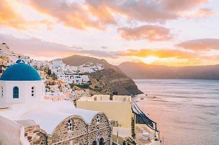 Ngắm hoàng hôn ở Santorini cũng khiến người ta yêu nhau cả đời