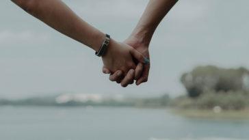 Phụ nữ, chỉ an yên khi gặp được người dù có chuyện gì vẫn nắm chặt tay cô ấy