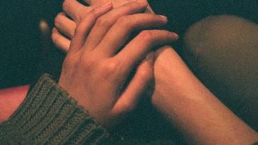 Nắm lấy tay anh, chúng ta cùng nhau đi đến cuối cuộc đời