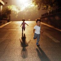 Khi trẻ bị bạn đánh, cha mẹ có nên dạy con đánh trả không?